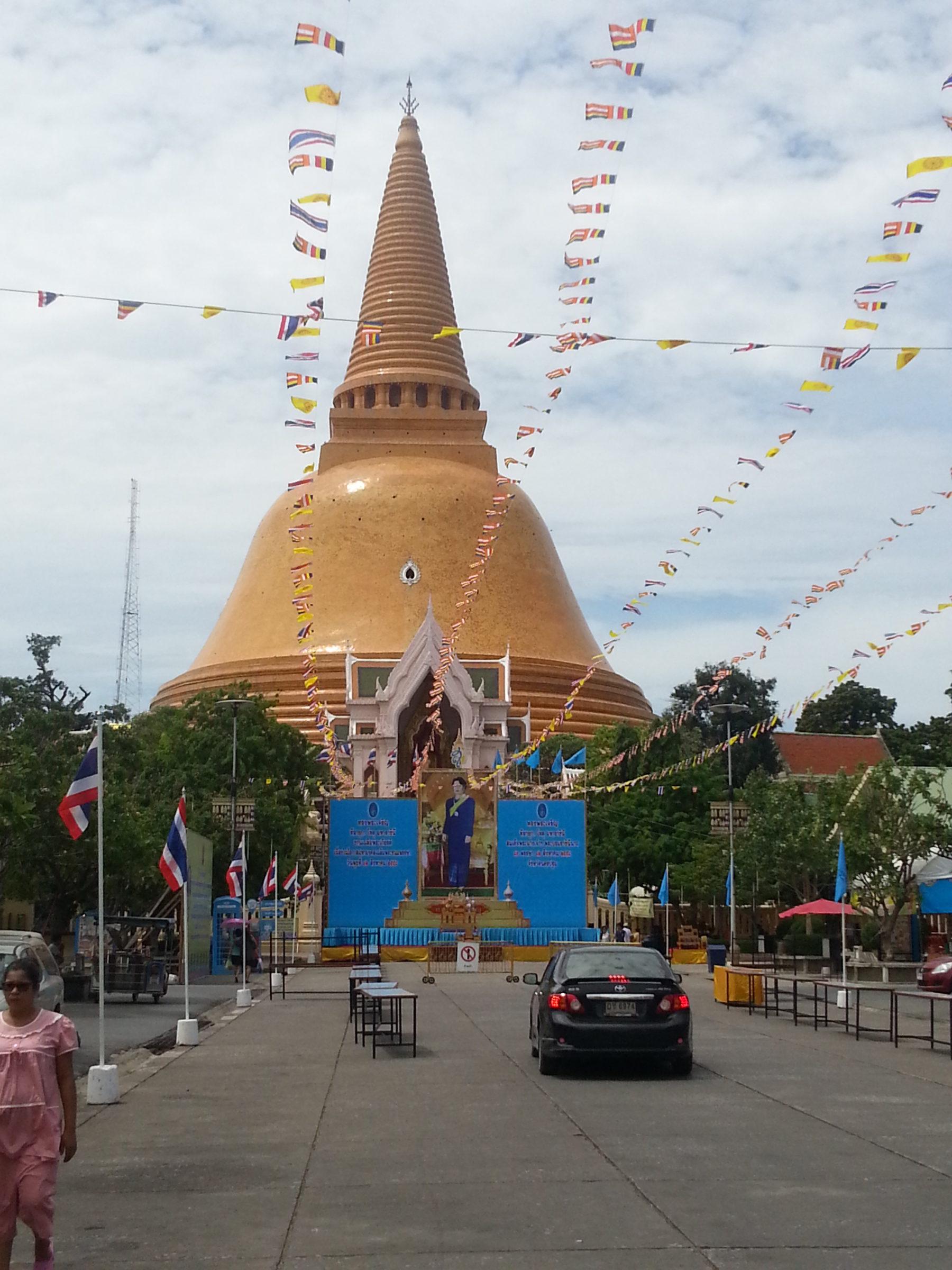 バンコクから日帰りで行ける世界一高い仏塔がある町ナコンパトム