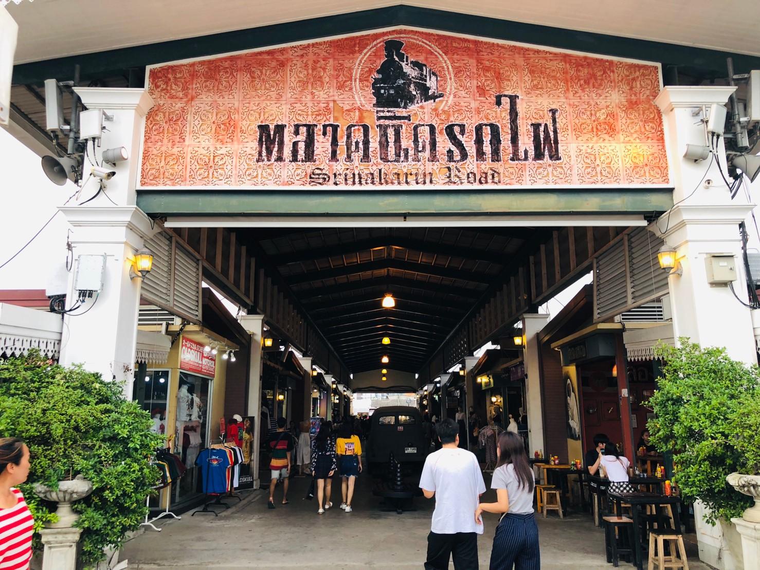 バンコク最大のナイトマーケット「シーナカリン鉄道市場」